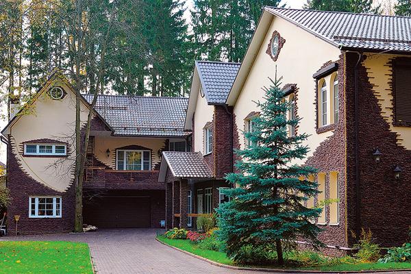 Семья звезды много лет живет в особняке в Подмосковье