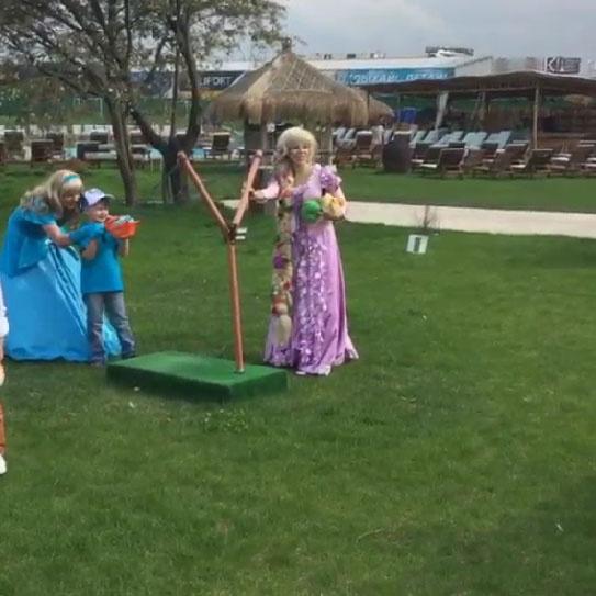 Гостей праздника развлекали герои сказок