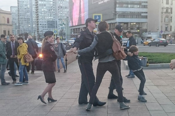 Очевидцы запечатлели момент задержания мальчика