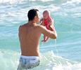 Владимир Кличко учит дочку плавать в океане
