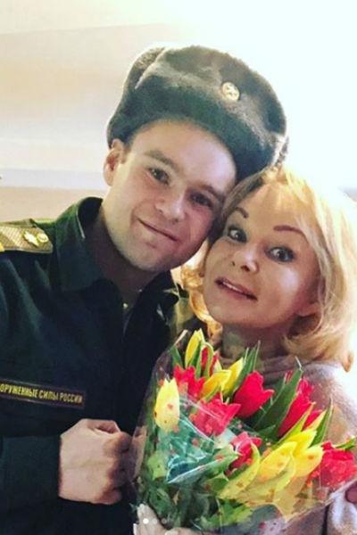 Единственной радостью для актрисы был сын Евгений, который всегда поддерживал маму