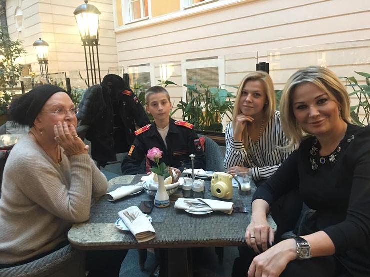 С мамой, актрисой Людмилой Максаковой (слева) певица тоже потеряла связь.