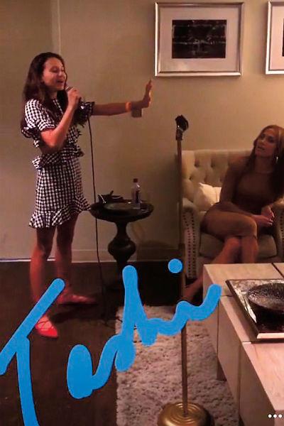 Наташа, старшая дочь Родригеса, спела для папы и Джей Ло прямо в гостиничном номере