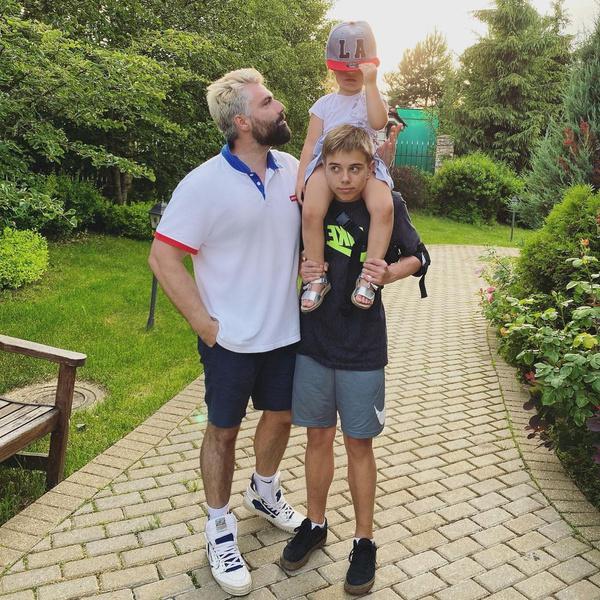 Фотограф всегда принимал активное участие в воспитании дочери Мии и сына Гагариной от прошлого брака Андрея