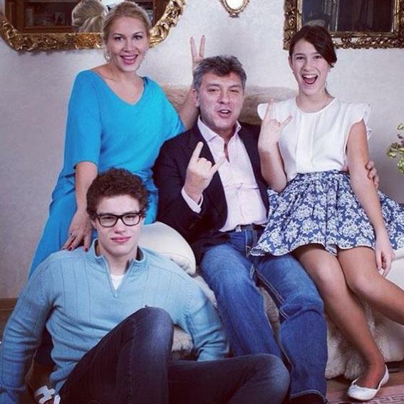 В память о бывшем муже Екатерина Одинцова опубликовала в микроблоге фото их некогда счастливого семейства