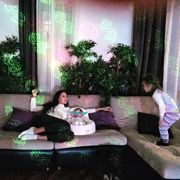 На радость трехлетней Ариелы молодая мама установила дома новогодний лазер