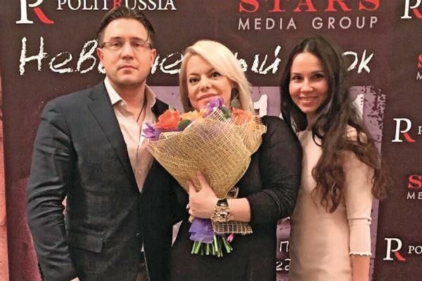 Судя по Инстаграму Александра, он работает почти со всем шоу-бизнесом. На фото - с Яной Поплавской и женой Еленой