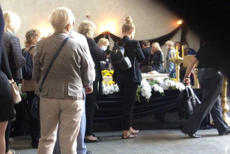Проститься с Валентиной Легкоступовой идут десятки знакомых и поклонников
