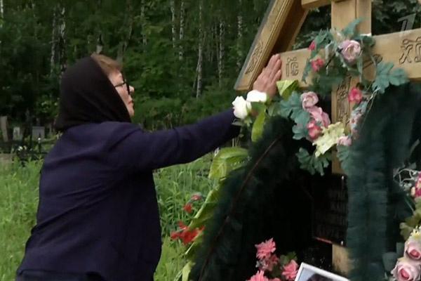 Ольга Копылова на могиле дочери