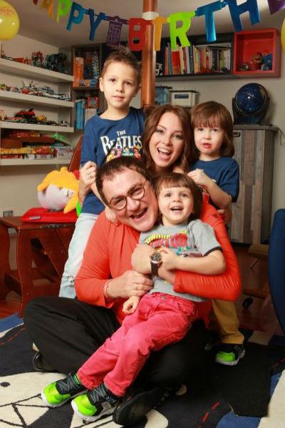 Дмитрий Дибров с женой и детьми