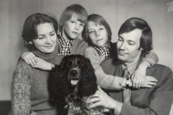 Владимир Конкин с женой Аллой и близнецами Святославом и Ярославом