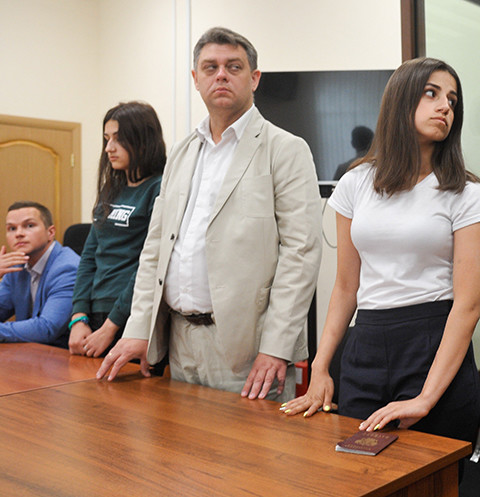 Ангелина и Крестина в зале суда с адвокатом. Младшую Марию, как несовершеннолетнюю, судят отдельно