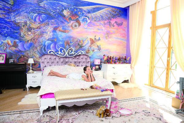В комнате Ариши мастера из «Палаццо Фреско» нарисовали добрую фею на всю стену