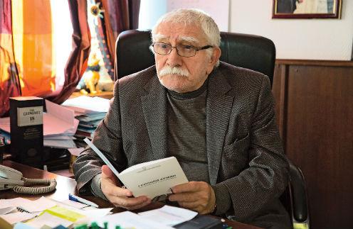 Армен Джигарханян отказался общаться с уволенными работниками