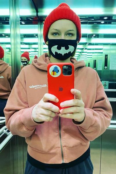 Юлия Пересильд также предпочитает маску с необычным принтом