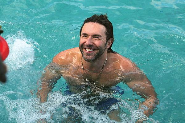 Андрей Малахов купается у берегов Сардинии
