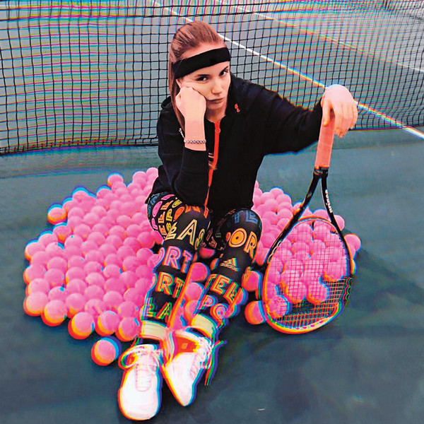 Еще видеоблогер отлично играет в теннис