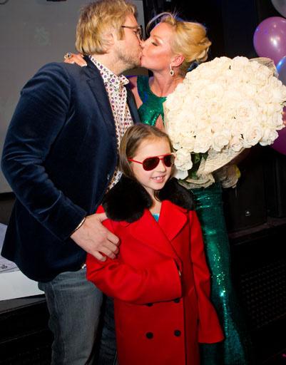 В подарок девочка получила яркое пальто, а Анастасия- букет своих любимых белых роз