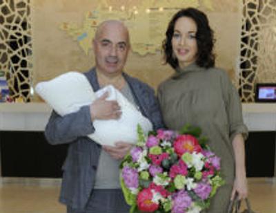 Михаил Грушевский забрал жену и сына из роддома