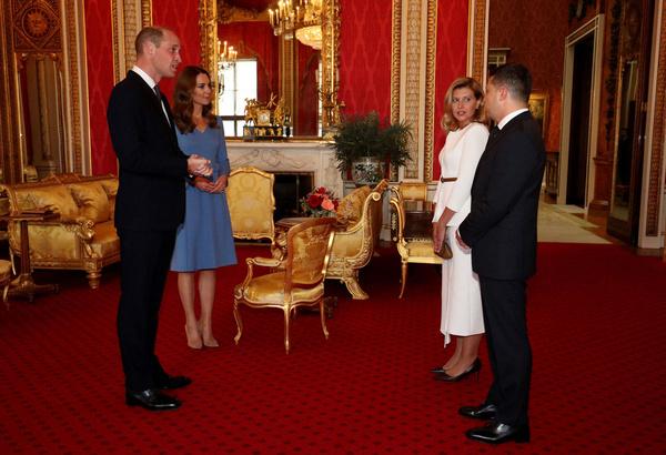 Голубое платье против белого костюма: Кейт Миддлтон и Елена Зеленская встретились в Великобритании