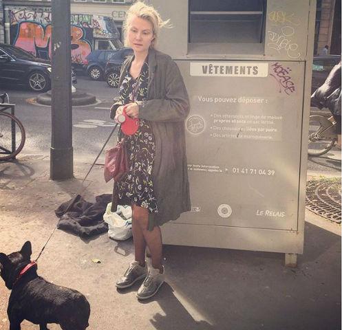 Рената Литвинова на прогулке с собакой по Парижу