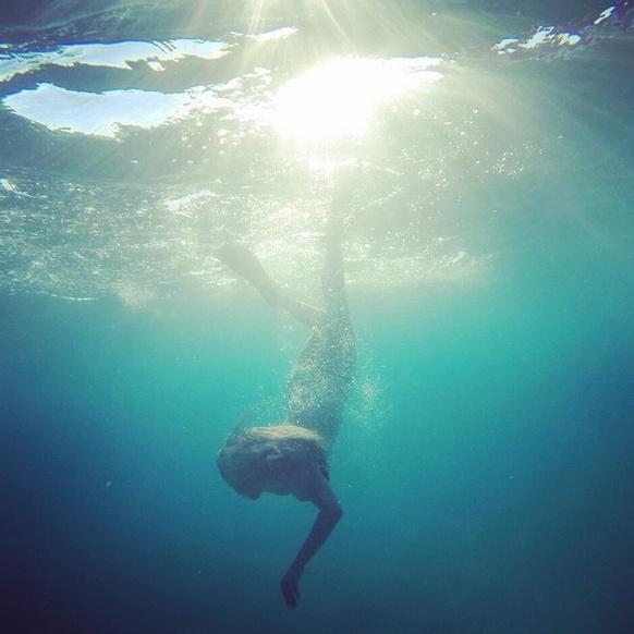 Кадр из подводной фотосессии с участием Анны Семенович