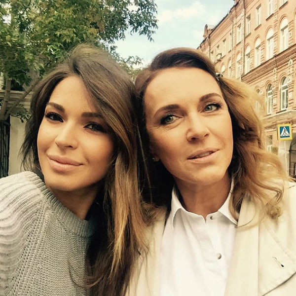 Агния Дитковските с мамой Татьяной Лютаевой