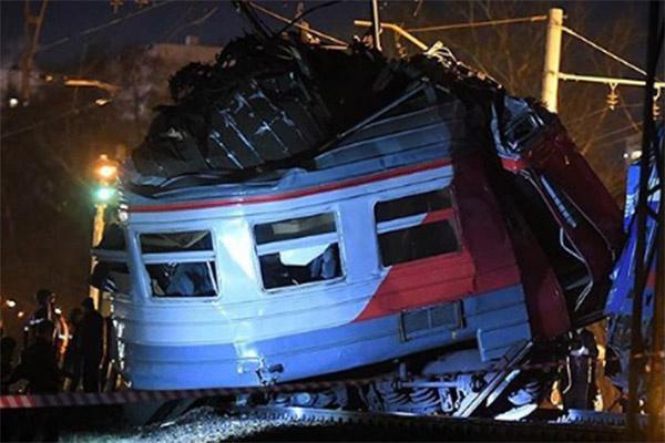 От удара вагон электрички разорвало пополам