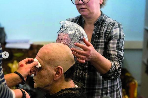 Актеры носят парики и бороды, изготовленные из натуральных человеческих волос