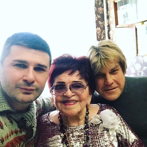 Старший сын Барыкина Георгий, давние друзья артиста и коллеги по цеху периодически навещали мать певца.
