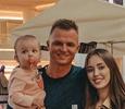 Уставшая и с молокоотсосом на груди: Дмитрий Тарасов показал, как выглядит его жена спустя три недели после родов