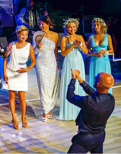 Дмитрий Хрусталев с подружками невесты