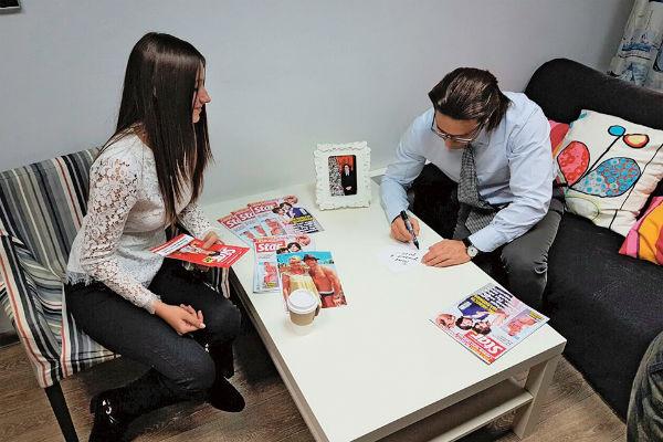 После эфира Андрей пригласил девушку в комнату для гостей, чтобы обсудить ее победу в конкурсе «Сочиняй мечты!»