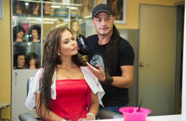 Певица Ксения Новикова восстанавливает структуру своих волос