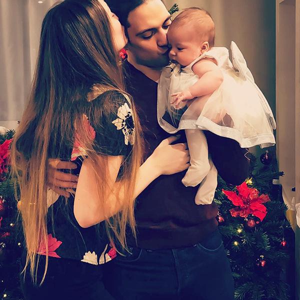 Денис вместе с женой и дочерью