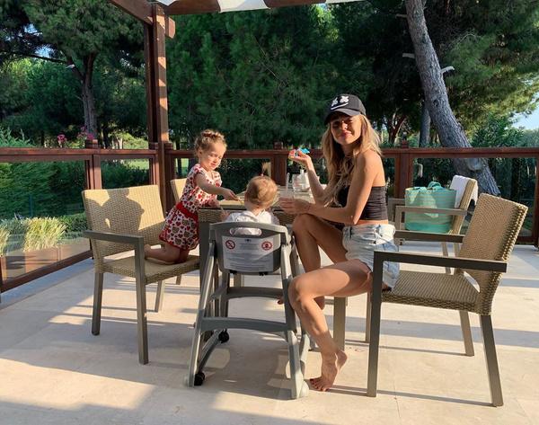 Анна Хилькевич с Арианной и Машей
