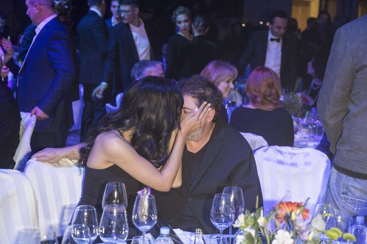 Супруги не скрывают чувств на публике