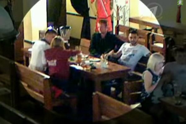 На видео с камер наблюдения видно, как Лиза подсела к ребятам...