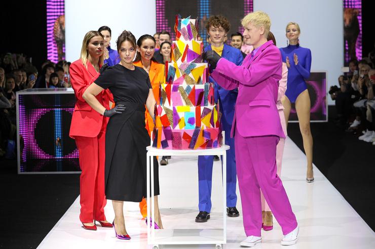 Регина Бурд, Александр Гудков и другие участники показа с финальным тортом коллекции «Мода на Сладости»