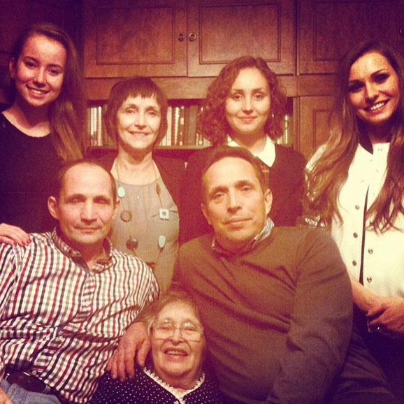 В память о бабушке Алена Павлова опубликовала в микроблоге семейное фото