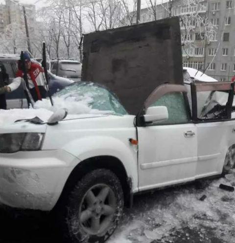 Плита проломила машину пополам