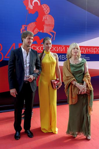 Вера Глаголева с дочерью на открытии 34-го ММКФ
