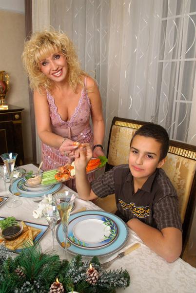 Любимого внука Александра бабушка Ира балует разносолами