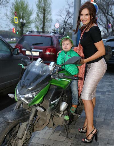 Эвелина Бледанс с сыном на улице у кинотеатра «Фитиль»