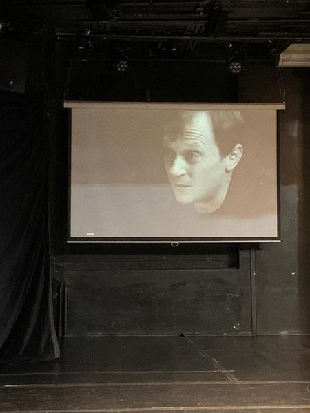 На экране показывают мини-фильм с лучшими ролями актера