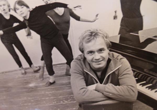 По окончании института Андрей Панин руководил студией пантомимы «Встреча»