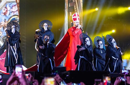 Сергей Лазарев во время выступления на сцене «Олимпийского»