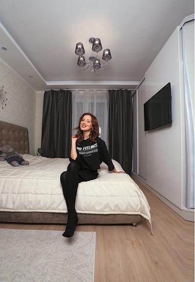 Чтобы в спальне было просторнее, телевизор закрепили на двери гардероба