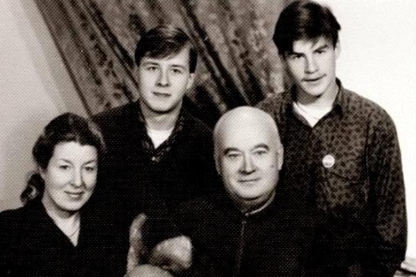Актер с семьей