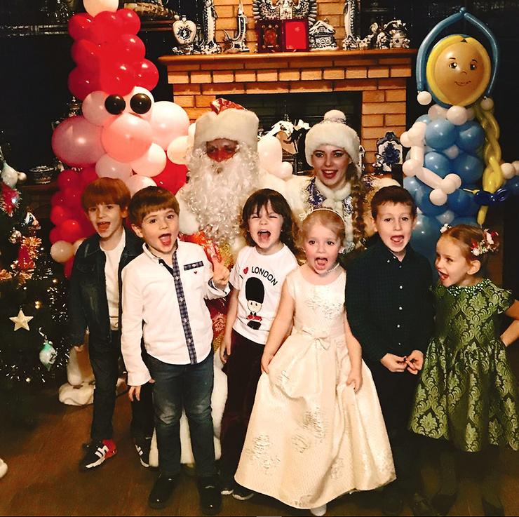 Женя (крайний слева) знаком со всеми звездными детьми, включая Лизу и Гарри Галкиных